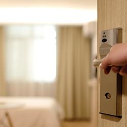 Ouverture porte chambre hôtel